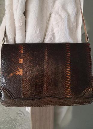 Стильная кожаная сумка из кожи змеи.