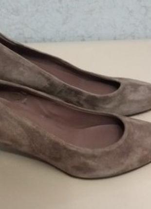 Замшевые туфельки на удобном маленьком каблучке