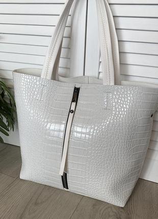 Вместительная сумка с тиснением белая