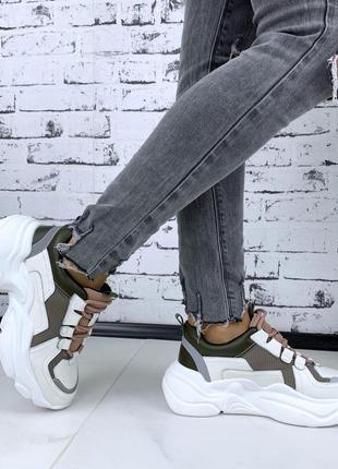 Стильные кроссовки на высокой подошве