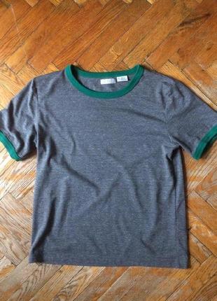 Темно-серая футболка с зеленой окантовкой