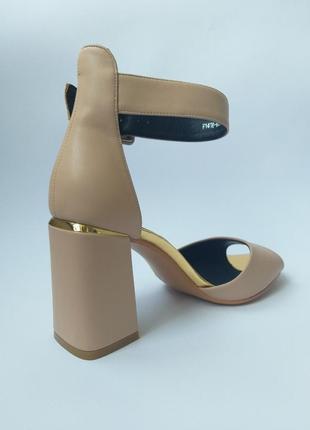 Кожаные босоножки на устойчивом каблуке бежевого цвета