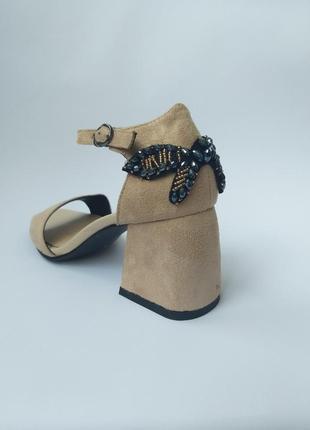Босоножки на низком квадратном каблуке