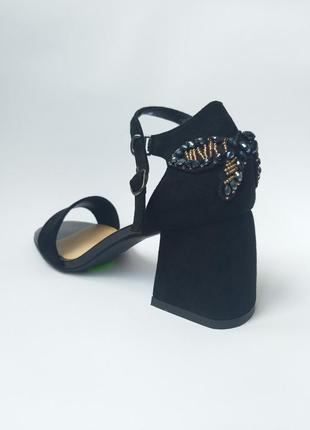 Черные босоножки на низком квадратном каблуке