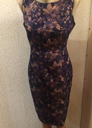 Красивое платье-футляр с золотыми цветами
