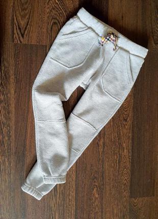 Плотные спортивные штаны на 4-5 лет , фактурная ткань