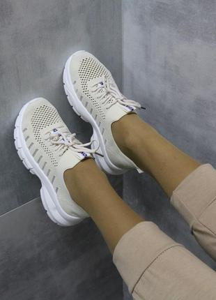 Легкие стильные удобные кроссовки