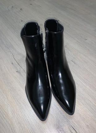 Ботинки челси на низком каблуке с острым носком Bershka