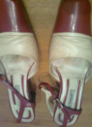 Стильные кожаные красно-кремовые босоножки на ремешке с застеж...