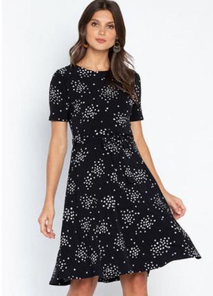 Чорне плаття міді з принтом і поясом