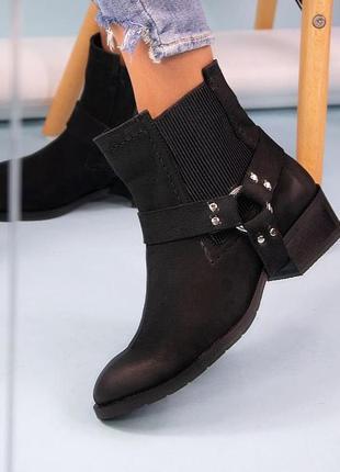 Женские демисезонные ботинки с нубука