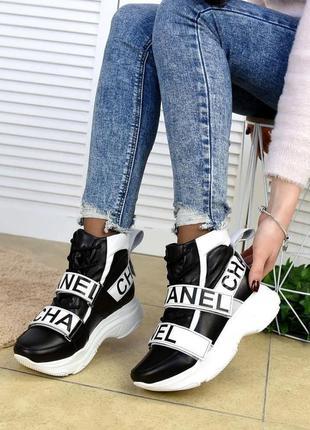 Женские демисезонные ботинки на белой подошве