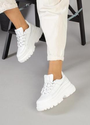 Женские кожаные белые кроссовки на шнурке