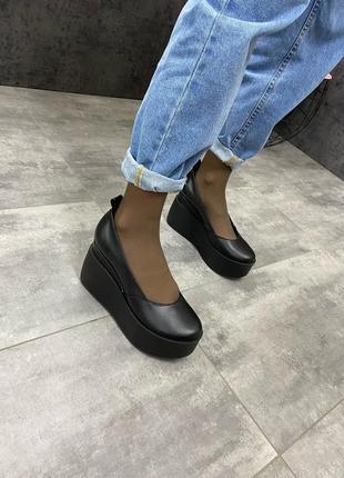 Женские кожаные черные туфли на танкетке