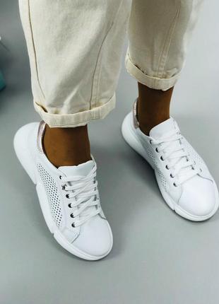 Белые кожаные кроссовки. кроссовки перфорация