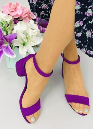 Фиолетовые босоножки на удобном каблуке