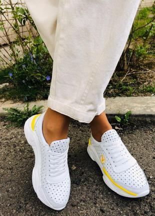 Белые кожаные кроссовки перфорация