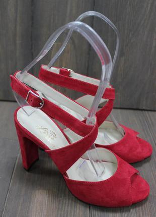 Замшевые красные босоножки на каблуке