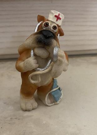 Статутэтка собака-доктор