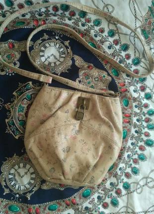 Бежевая сумка в цветочный принт через плечо на длинном ремешке