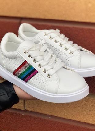 Удобные стильные кроссовки