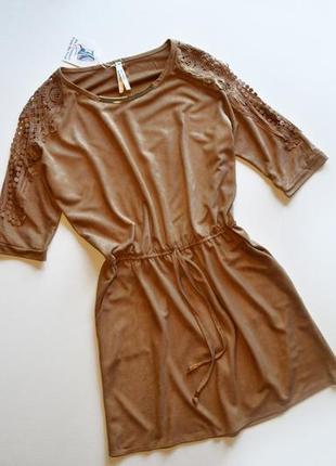 Стильное платье с вырезами на рукавах и кружевной аппликацией