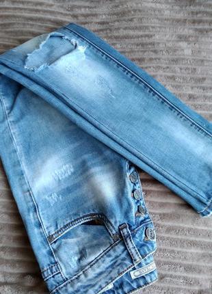 Новые рваные джинсы р.26 супер качество