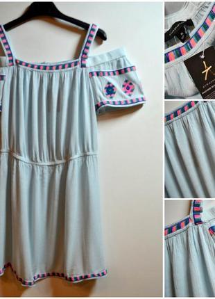 Летнее голубое платье с вышивкой и спущенными плечами вискоза