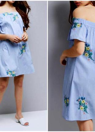 Стильное платье со спущенными плечами в вышивку цветы