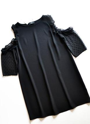 Легкое черное платье с рюшиками на рукавах