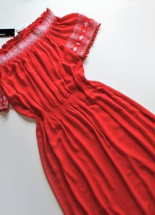 Роскошное летнее красное платье с вышивкой и спущенными плечам...