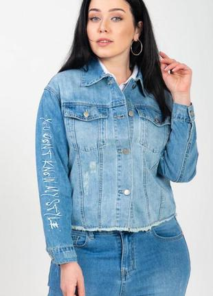 Женская джинсовая куртка с надписями