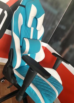Геймерское кресло белое