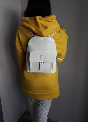Женская белая кожаная сумка - рюкзак.