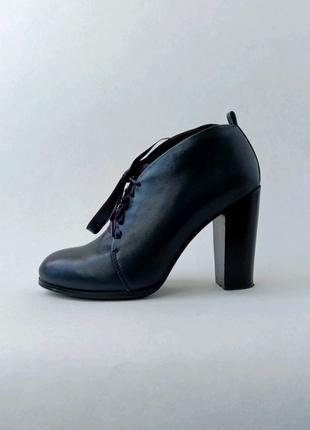Синие ботинки на каблуках