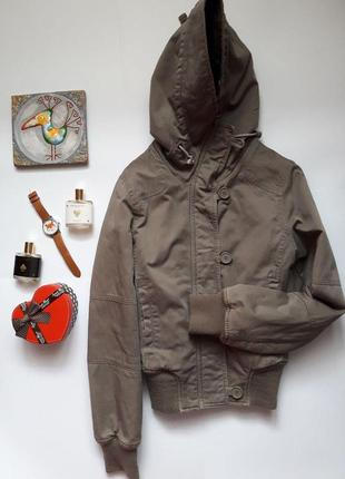 Дуже гарна утеплена курточка з уютним капюшоном  tally weijl