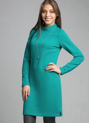 Элегантное зеленое короткое платье прямого кроя с длинным рукавом