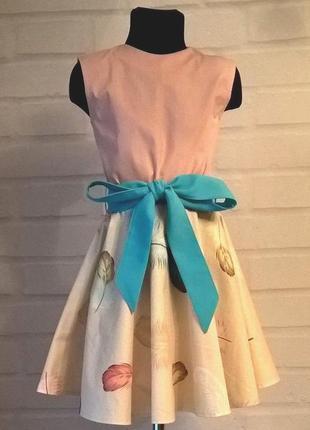 Платье для девочки. платье детское. платье с  принтом пёрышки....