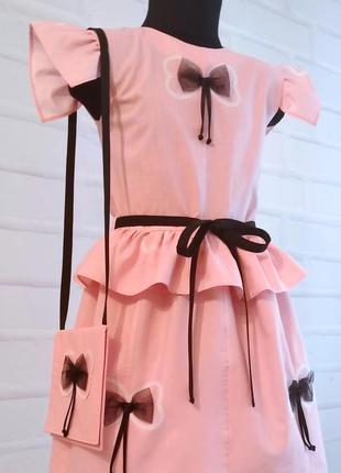 Розовое платье с отделочными бантиками и сумочкой. детское лет...