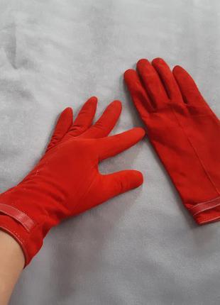 Красные замшевые перчатки