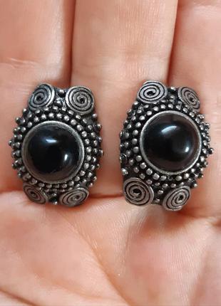 Серьги с черным камнем (оникс или агат)