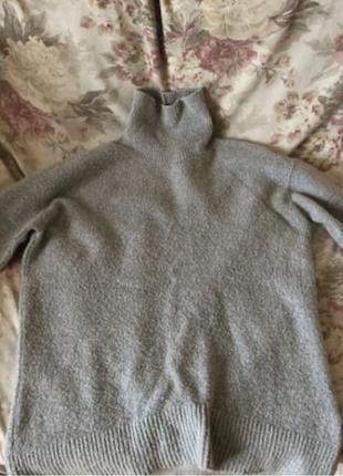 Плюшевый длинный серый свитер с высоким горлом