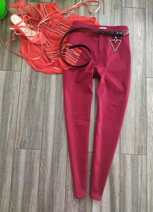 Стильные джинсы скинни с высокой посадкой талией марсала