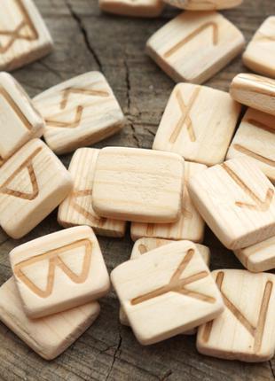 Набор деревянных рун для гадания с аннотацией Ольха
