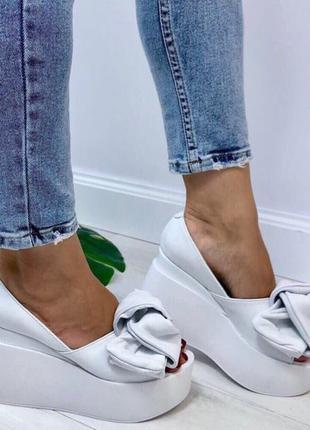 Кожаные женские туфли белого цвета с бантом на белой платформе от