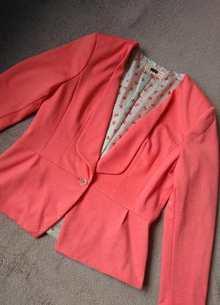Трикотажный кораловый пиджак