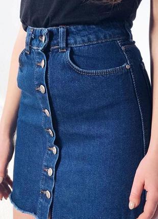 Джинсовая юбка на пуговицах темно-синяя c бахромой с карманами...