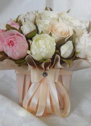 Букет из цветов в подарочной коробке