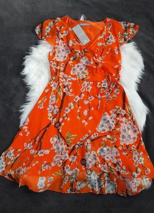 Оранжевое платье на запах в цветочный принт
