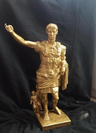 Статуетка імператора